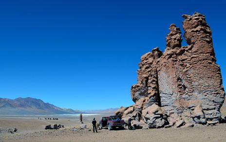 Desierto de Atacama: el lugar más árido y  más irradiado por el sol en el Planeta. Formaciones de ignimbrita colonizadas por cianobacterias /J. Wierzchos.